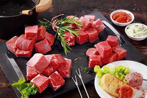 Fleisch-Fondue mit zwei Dips