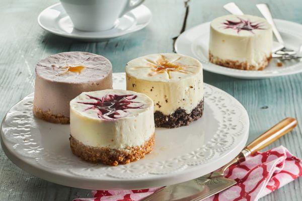 Cheesecake mit Acaibeere und weißem Pfirsich